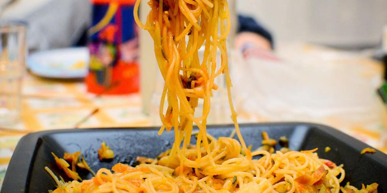 ricetta spaghetti di riso con pollo e verdure