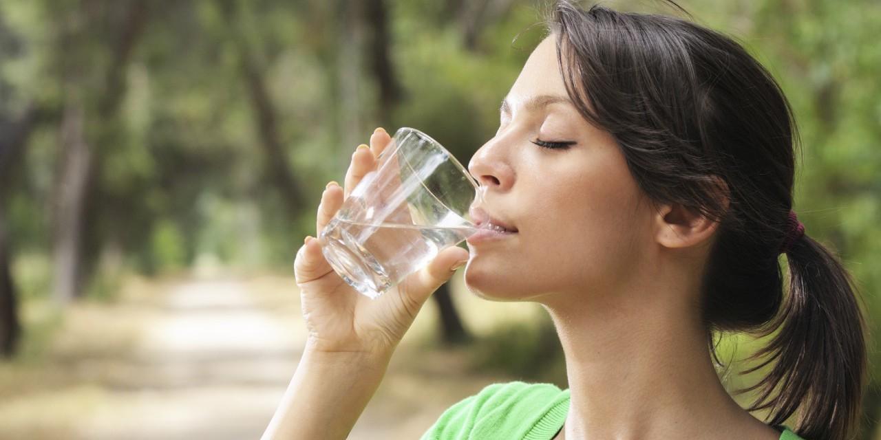 bere acqua la mattina a stomaco vuoto